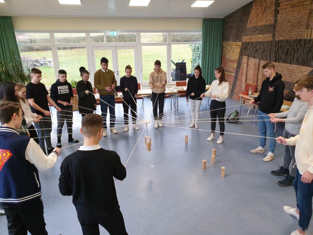 Der JGR bei einem Teamspiel im Seminarraum in der Landesakademie für Jugendbildung