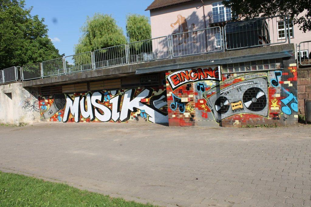 Die Graffitiwand an der Außenseite der Proberäume