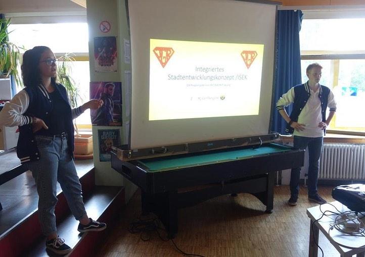 Rebekka Köhler und Erik Laicher begrüßen zum Jugendforum im Jugenhaus B15